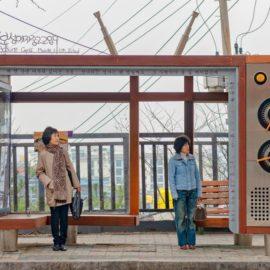 """Fotoausstellung: """"Warten. Waiting – Menschen an Haltestellen. People in Transit"""" von Dieter Leistner"""