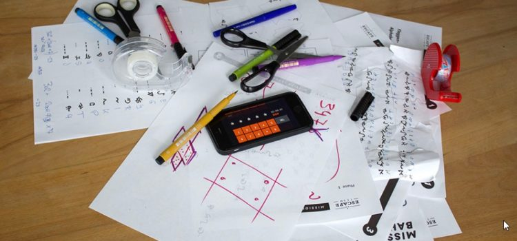 Smartphone, Stifte, Schere, Kleber, Papier, Ausdrucke als Spielmaterialien