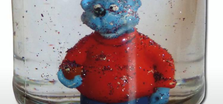 Figur von Käptn Blauber in einem mit Glitzer und Flüssigkeit gefülltem umgedrehten Marmeladenglas.